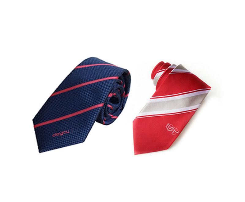 Cà vạt được thêu logo thương hiệu