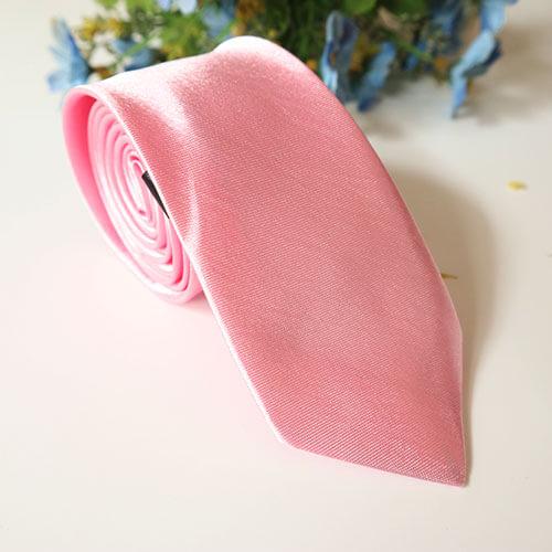Cà vạt màu hồng nhạt