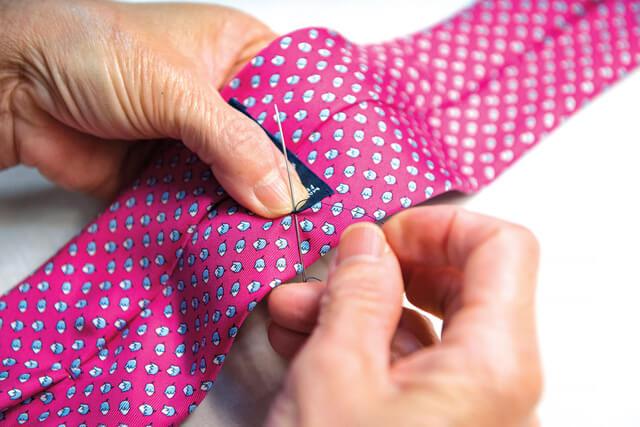 May cà vạt bằng tay