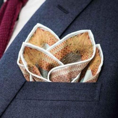 Cách xếp khăn cài áo vest tinh tế