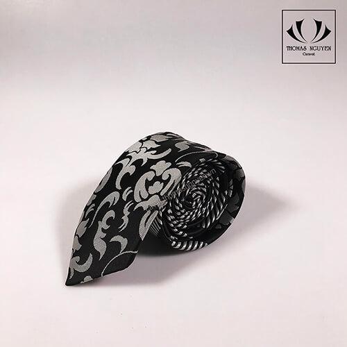 Cà vạt đen hoa văn