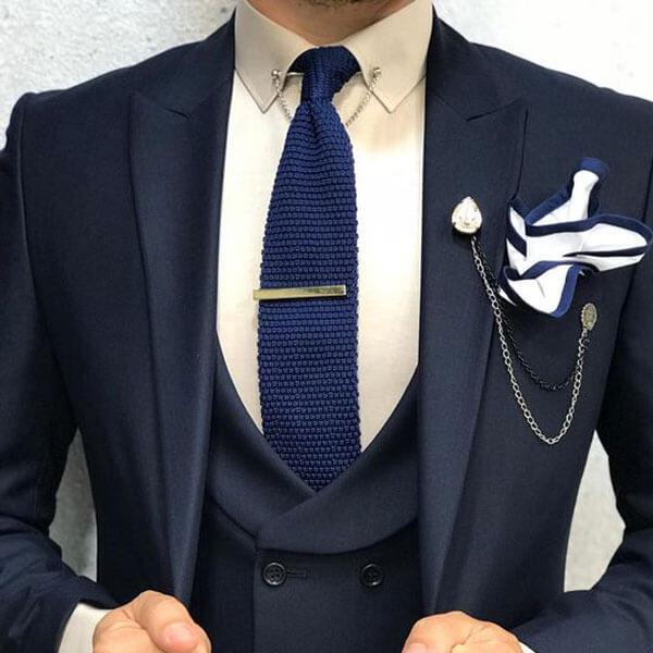 Phối-ghim-cài-vest-cà-vạt-và-khăn-cài-túi