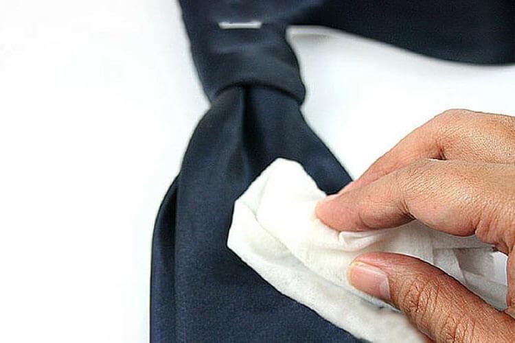 Bảo quản, vệ sinh và làm sạch cà vạt bản nhỏ Thomas Nguyen