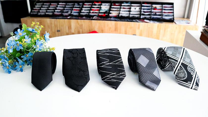 Áo sơ mi trắng cà vạt đen tại Thomas Nguyen