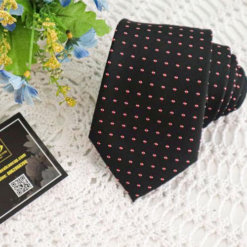 cà vạt chấm bi đen