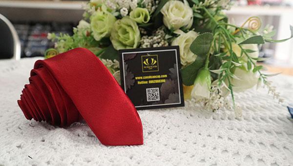 Cà vạt màu đỏ