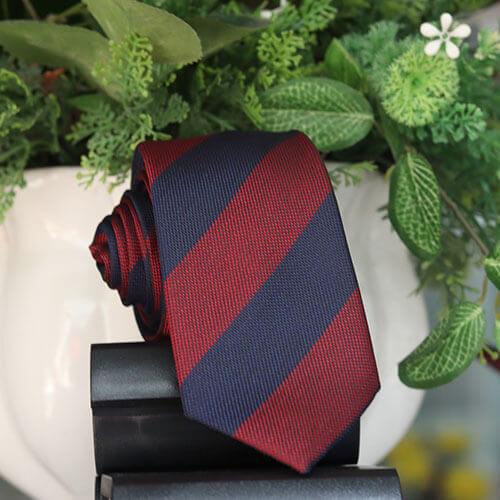 Cà vạt sọc đen đỏ đô