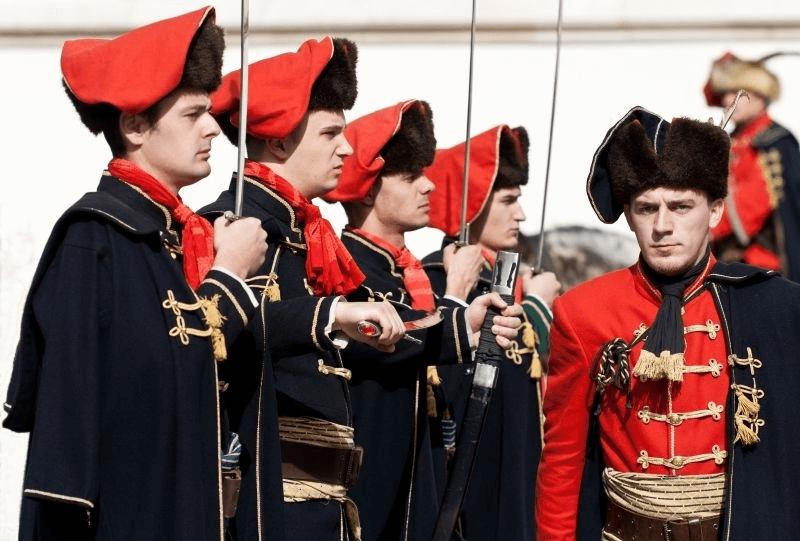 Binh sĩ Croatia với khăn quấn cổ tại lễ kỷ niệm ngày cà vạt