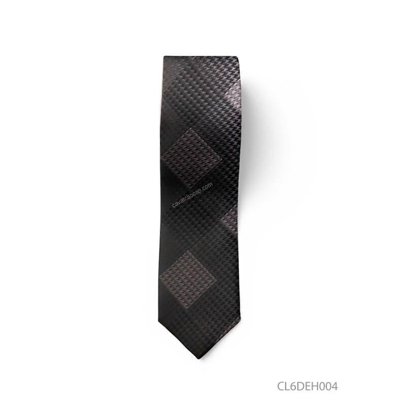 những mẫu cà vạt kẻ sọc xiên hoặc đen chấm bi