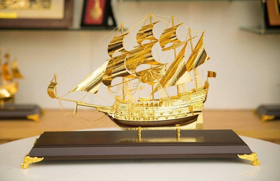 Mô hình tàu thuyền phong thủy quà tặng văn phòng cho sếp nam