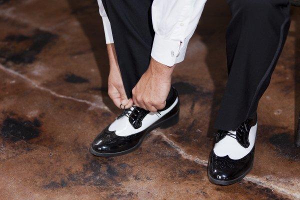 Giày và tất - phụ kiện cưới cho chú rể