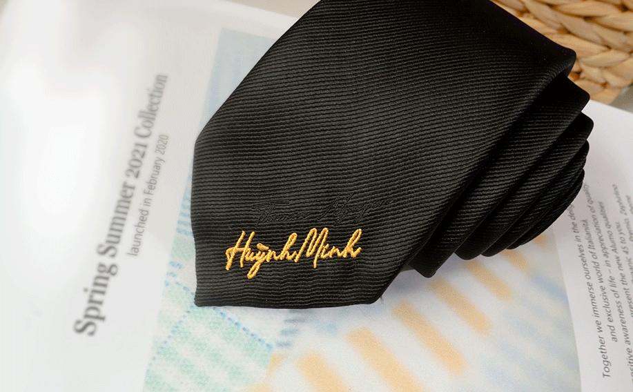 Cravat thêu mang dấu ấn riêng